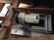 破損したターンテーブル駆動モーターの交換工事